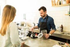 Ζυγίζοντας σιτάρια καφέ Barista σε έναν καφέ Στοκ φωτογραφία με δικαίωμα ελεύθερης χρήσης