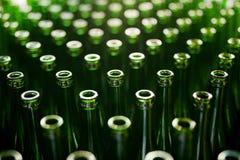 ζυθοποιείων Μπουκάλια μπύρας στην κατασκευή στοκ φωτογραφία