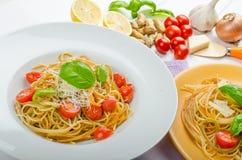 Ζυμαρικά λεμονιών με τις ντομάτες, το βασιλικό και τα καρύδια κερασιών Στοκ Φωτογραφίες