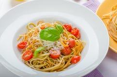 Ζυμαρικά λεμονιών με τις ντομάτες, το βασιλικό και τα καρύδια κερασιών Στοκ φωτογραφία με δικαίωμα ελεύθερης χρήσης