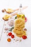 Ζυμαρικά και μαγειρεύοντας συστατικά ζυμαρικών πέρα από το άσπρο ξύλινο υπόβαθρο στοκ εικόνες με δικαίωμα ελεύθερης χρήσης