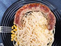 Ζυμαρικά καλαμποκιού και λουκάνικων Ζυμαρικά με τα λουκάνικα Δημιουργική ιδέα τέχνης τροφίμων για τη τοπ άποψη γεύματος παιδιών στοκ φωτογραφίες