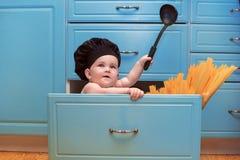 Ζυμαρικά μαγείρων παιδιών Στοκ φωτογραφίες με δικαίωμα ελεύθερης χρήσης