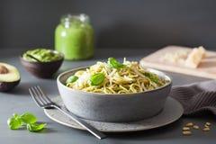 Ζυμαρικά μακαρονιών με τη σάλτσα pesto βασιλικού αβοκάντο Στοκ φωτογραφία με δικαίωμα ελεύθερης χρήσης