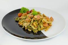 Ζυμαρικά μακαρονιών με τη σάλτσα ντοματών και λουκάνικο στο Μαύρο και ένα μόριο Στοκ φωτογραφία με δικαίωμα ελεύθερης χρήσης
