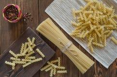 Ζυμαρικά μακαρονιών με το πιπέρι σε έναν ξύλινο πίνακα Στοκ φωτογραφία με δικαίωμα ελεύθερης χρήσης