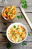 ζυμαρικά μανιταριών Τα χορτοφάγα ζυμαρικά σε ένα κύπελλο, μαριναρισμένα μανιτάρια στο γυαλί κυλούν, φρέσκος μαϊντανός, chopsticks Στοκ Εικόνες