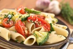 Ζυμαρικά με τα κολοκύθια και την ντομάτα Στοκ εικόνα με δικαίωμα ελεύθερης χρήσης