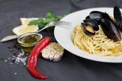 Ζυμαρικά με τα μύδια, τα λεμόνια, το πιπέρι τσίλι και τα καρυκεύματα Στοκ Εικόνες