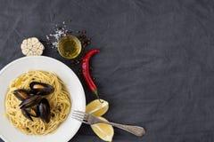 Ζυμαρικά με τα μύδια, τα λεμόνια, το πιπέρι τσίλι και τα καρυκεύματα Στοκ Φωτογραφίες