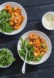 Ζυμαρικά με τα φασόλια, τη σάλτσα ντοματών, την παρμεζάνα και το arugula στο σκοτεινό υπόβαθρο, τοπ άποψη Στοκ φωτογραφία με δικαίωμα ελεύθερης χρήσης