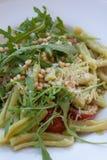 Ζυμαρικά με τα φρέσκα καρύδια σαλάτας και πεύκων arugula στοκ φωτογραφίες