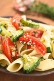 Ζυμαρικά με τα ψημένες κολοκύθια και την ντομάτα Στοκ Φωτογραφίες