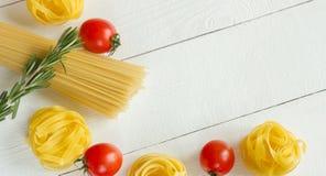 Ζυμαρικά με την ντομάτα, δεντρολίβανο στον άσπρο πίνακα Τοπ όψη Στοκ Εικόνες