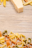 Ζυμαρικά με τη μορφή καρδιών σε έναν ξύλινο πίνακα Στοκ Εικόνες