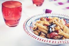 Ζυμαρικά με τη σάλτσα μελιτζάνας, ψαριών και ντοματών στο εστιατόριο στην Κατάνια, Σικελία, Ιταλία στοκ φωτογραφίες
