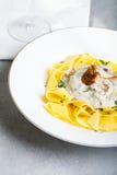 Ζυμαρικά με τη σάλτσα κρέμας με chanterelle Στοκ Εικόνα