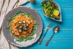 Ζυμαρικά με τις μελιτζάνες, την ντομάτα, το τυρί, το arugula και τη σαλάτα Στοκ Φωτογραφίες