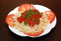 Ζυμαρικά με τις ντομάτες στο άσπρο πιάτο στοκ φωτογραφία με δικαίωμα ελεύθερης χρήσης