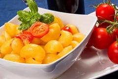 Ζυμαρικά με τις φρέσκες ντομάτες Στοκ εικόνα με δικαίωμα ελεύθερης χρήσης