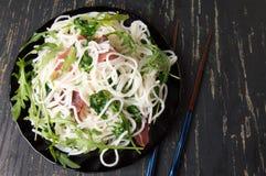 Ζυμαρικά με το λαχανικό prosciutto και arugula σε ένα πιάτο Στοκ φωτογραφίες με δικαίωμα ελεύθερης χρήσης