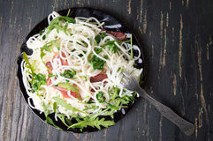 Ζυμαρικά με το λαχανικό prosciutto και arugula σε ένα πιάτο Στοκ φωτογραφία με δικαίωμα ελεύθερης χρήσης