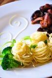 Ζυμαρικά με το κοτόπουλο και shiitake το μανιτάρι Στοκ εικόνα με δικαίωμα ελεύθερης χρήσης