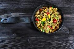 Ζυμαρικά με το κρέας και λαχανικά στη μαύρη κατσαρόλλα Στοκ Εικόνα