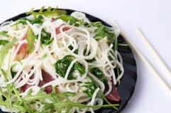 Ζυμαρικά με το λαχανικό prosciutto και arugula στο λευκό Στοκ Φωτογραφίες