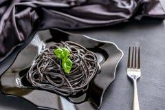 Ζυμαρικά με το μικρόβιο σίτου και το μαύρο μελάνι σουπιών Στοκ Εικόνες