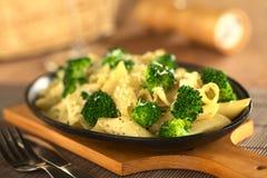 Ζυμαρικά με το μπρόκολο και το τυρί Στοκ Εικόνα