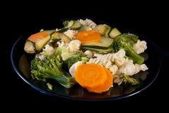 Ζυμαρικά με το μπρόκολο, τα κολοκύθια και το καρότο Στοκ Φωτογραφία