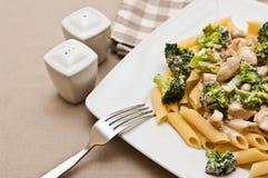Ζυμαρικά με το πιάτο κοτόπουλου και μπρόκολου Στοκ Εικόνες