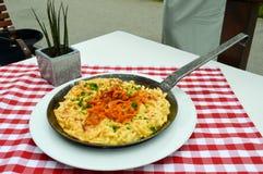 Ζυμαρικά με το τυρί και τα τηγανισμένα κρεμμύδια στοκ φωτογραφία με δικαίωμα ελεύθερης χρήσης