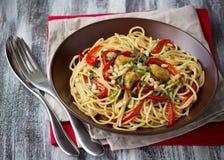 Ζυμαρικά με το ψημένο γλυκό πιπέρι, το σκόρδο, το έλαιο χορταριών και τα καρύδια πεύκων Στοκ εικόνες με δικαίωμα ελεύθερης χρήσης