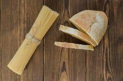 Ζυμαρικά με το ψωμί στον ξύλινο πίνακα Στοκ Εικόνες