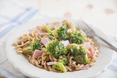 Ζυμαρικά με το brokkoli και το ζαμπόν Στοκ Φωτογραφίες