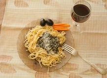 Ζυμαρικά με το pesto σάλτσας, τις μαύρες ελιές, και wine_ Στοκ εικόνες με δικαίωμα ελεύθερης χρήσης