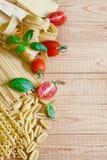 Ζυμαρικά, ντομάτα και βασιλικός bacground Στοκ εικόνα με δικαίωμα ελεύθερης χρήσης