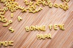 Ζυμαρικά που διαμορφώνουν την μπαμπά Bonne Fete κειμένων Στοκ φωτογραφία με δικαίωμα ελεύθερης χρήσης