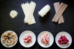 Ζυμαρικά, ρύζι, γαρίδες και κρέας σε ένα άσπρο πιάτο στο σκοτεινό ξύλινο υπόβαθρο Επίπεδος βάλτε Τοπ όψη φρέσκια ελιά πετρελαίου  Στοκ εικόνες με δικαίωμα ελεύθερης χρήσης