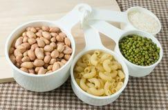 Ζυμαρικά, ρύζι, φυστίκια και Mung φασόλια στη μέτρηση των φλυτζανιών Στοκ Εικόνες