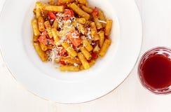 Ζυμαρικά σάλτσας ντοματών και γυαλί της αμπέλου Στοκ Φωτογραφία