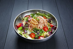 Ζυμαρικά σαλάτας Chichen με τα μακαρόνια, την ντομάτα και τα χορτάρια στο κύπελλο στοκ φωτογραφίες
