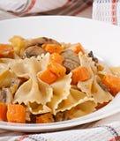 Ζυμαρικά στη σάλτσα κρέμας με τις φέτες της κολοκύθας και του μανιταριού στοκ φωτογραφία με δικαίωμα ελεύθερης χρήσης