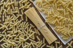 Ζυμαρικά στο ξύλινες υπόβαθρο και την πετσέτα - εκλεκτής ποιότητας ύφος επίδρασης στοκ εικόνες