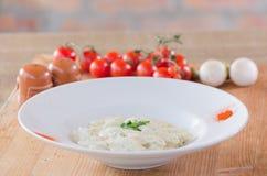 Ζυμαρικά της Penne με μια άσπρη κρεμώδη σάλτσα Στοκ φωτογραφίες με δικαίωμα ελεύθερης χρήσης
