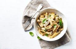 Ζυμαρικά της Penne με τα μανιτάρια, τη σάλτσα κοτόπουλου, σπανακιού και κρέμας Μεσογειακή κουζίνα στοκ εικόνες με δικαίωμα ελεύθερης χρήσης
