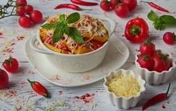 Ζυμαρικά της Penne με τη σάλτσα Arrabiata σε ένα άσπρο πιάτο σε έναν άσπρο πίνακα στοκ εικόνες με δικαίωμα ελεύθερης χρήσης