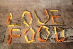 Ζυμαρικά - τρόφιμα αγάπης - στο υπόβαθρο πετρών στοκ εικόνα